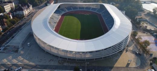 Noul stadion realizat la Târgu Jiu de asocierea de firme ACI Cluj – CON-A Sibiu – Dico și Țigănaș are peste 12.500 de locuri și cinci terenuri de joc înierbate