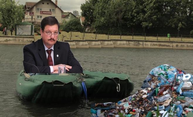 City-managerul Șurubaru, trimis de Boc să urce în barcă și să adune gunoaiele de pe Someș