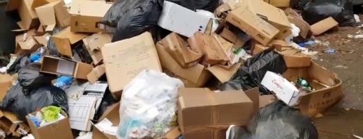 Grămada cere vârf! Munte de gunoaie toxice în curtea Spitalului de Urgență Cluj, sursă foto: captură video Facebook Emanuel Ungureanu