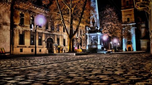 O tânără a pornit pe urmele hoțului care i-a furat telefonul de pe masă în Piața Muzeului