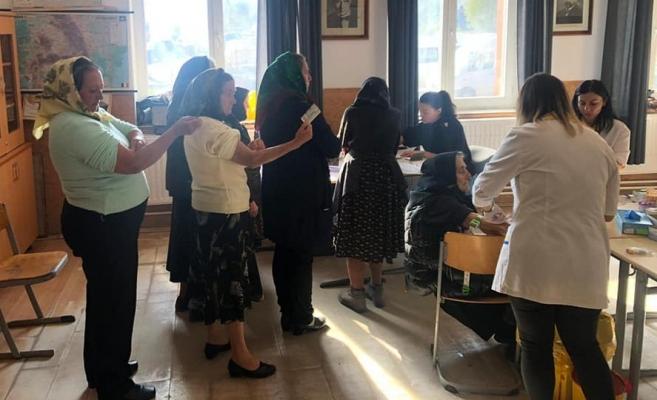 Medicii clujeni au oferit o mână de ajutor bătrânilor din două sate uitate de lume, sursă foto: Facebook Asistent Comunitar Târlișua