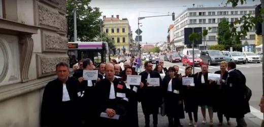 Absolvenții de Drept înscriși în Baroul Cluj își găsesc cu chiu cu vai un maestru