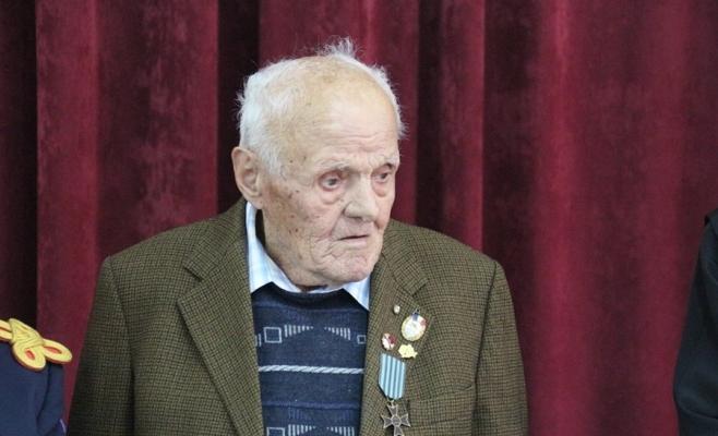 """La împlinirea a 100 de ani, un veteran de război a fost onorat de militarii clujeni la Negreni, sursă foto: Facebook Divizia 4 Infanterie """"Gemina"""""""