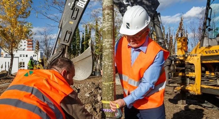 """Boc a pus umărul la plantarea primilor pomi Între Lacuri: """"Un parc pentru toate vârstele, într-o zonă cu deficit major de spații verzi!"""", sursă foto: Facebook Emil Boc"""