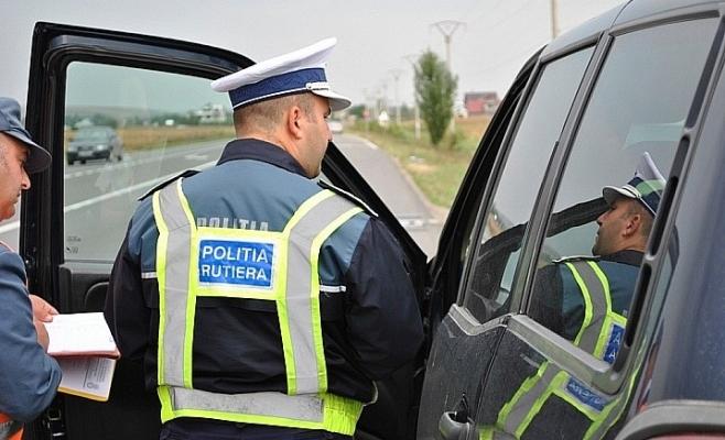 Prins fără permis, un șofer a încercat să păcălească agenții clujeni cu un document fals