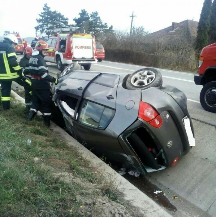 Accident pe varianta ocolitoare de est, o mașină s-a răsturnat în șanț, doi bărbați au ajuns la spital, sursă foto: ISU Cluj