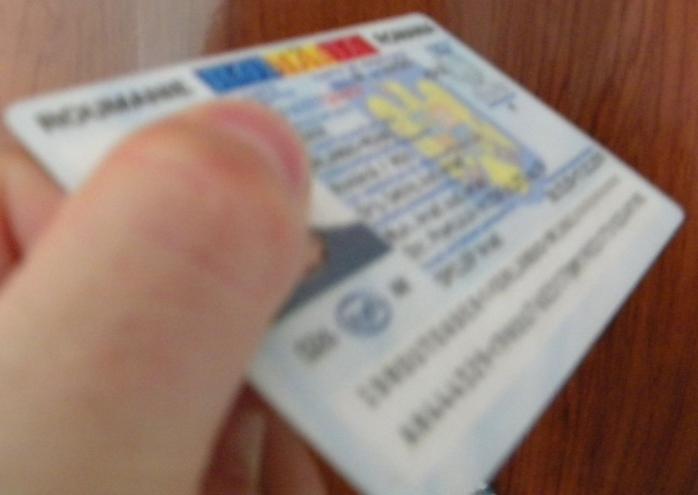 Escroacă prinsă după ce s-a folosit de copiile buletinelor găsite într-o cameră de hotel din Cluj