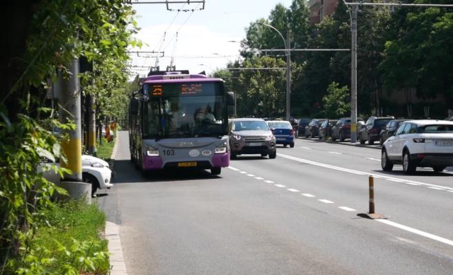 """Cicliștii clujeni, revoltați de accesul taxiurilor pe banda dedicată: """"O nouă aberație a Primăriei!"""""""