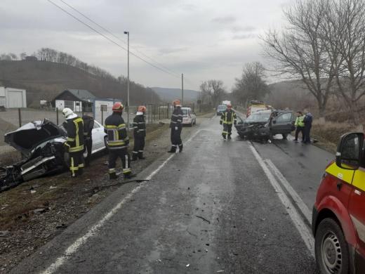 Accident la Apahida, două mașini s-au făcut praf, un bărbat a ajuns la spital, sursă foto: ISU Cluj
