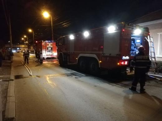 Zi Națională cu emoții pe str. Paris! Focul a mistuit podul unui imobil și s-a extins, sursă foto: ISU Cluj