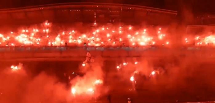 """VIDEO Imagini FIERBINȚI pe Cluj Arena! Tribunele, """"în flăcări"""", la 100 de ani de """"U"""", sursă video: Facebook U Cluj Fans"""