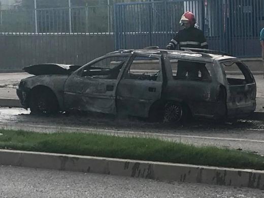 O mașină a fost mistuită de flăcări în Apahida, sursă foto: arhivă