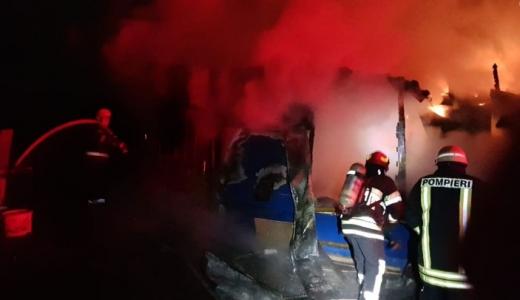 Incendiu la Vultureni! Focul lăsat nesupravegheat din afumătoare a făcut ravagii, sursă foto: arhivă ISU Cluj