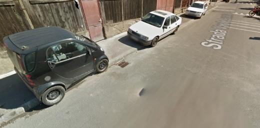 """Clujenii, captivi mașinilor? Semnal de alarmă după ce o femeie a zgâriat mașinile parcate pe trotuar: """"N-o apăr, dar empatizez cu mânia ei!"""", sursă foto: Google Maps"""