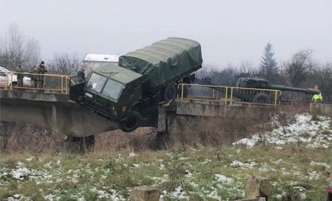 La un pas de catastrofă în Dej! Un camion militar, aproape să cadă în gol de pe un pod, sursă foto: dejeanul.ro
