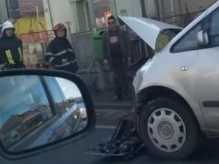 O mașină și un camion s-au ciocnit la Florești, patru pasageri au fost luați în îngrijire de echipajul SMURD, sursă foto: Facebook Info Trafic jud. Cluj