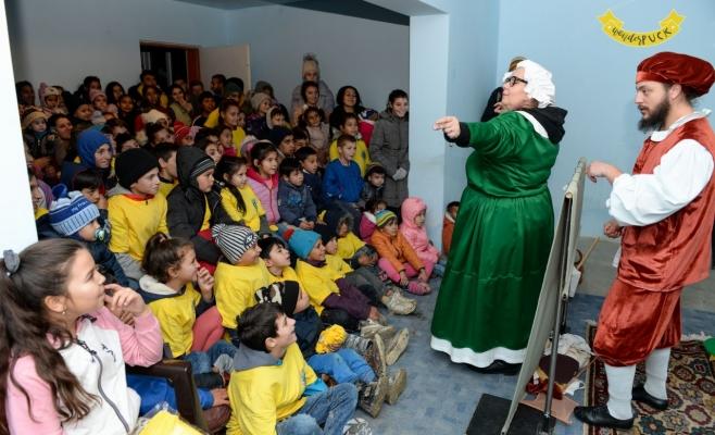 """130 de copii romi din Cojocna au văzut pentru prima dată un spectacol de teatru de păpuși, sursă foto: Teatrul de Păpuși """"Puck"""""""