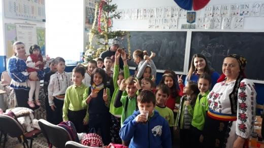 Dulciuri, haine, jucării și bucurie pentru copiii și familiile sărace din Poiana Horea și Beliș