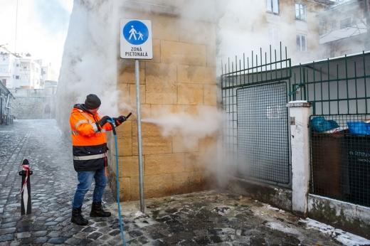 Primăria Cluj-Napoca curăţă pereţii de graffiti cu o instalaţie mobilă ecologică
