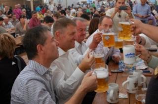 Iohannis a promulgat legea privind reglementările consumului de alcool în locuri publice. Ce se schimbă?