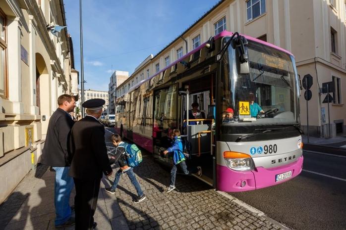 Primăria Cluj-Napoca achiziționează 10 microbuze noi pentru extinderea transportului dedicat elevilor, sursă foto: Facebook Emil Boc