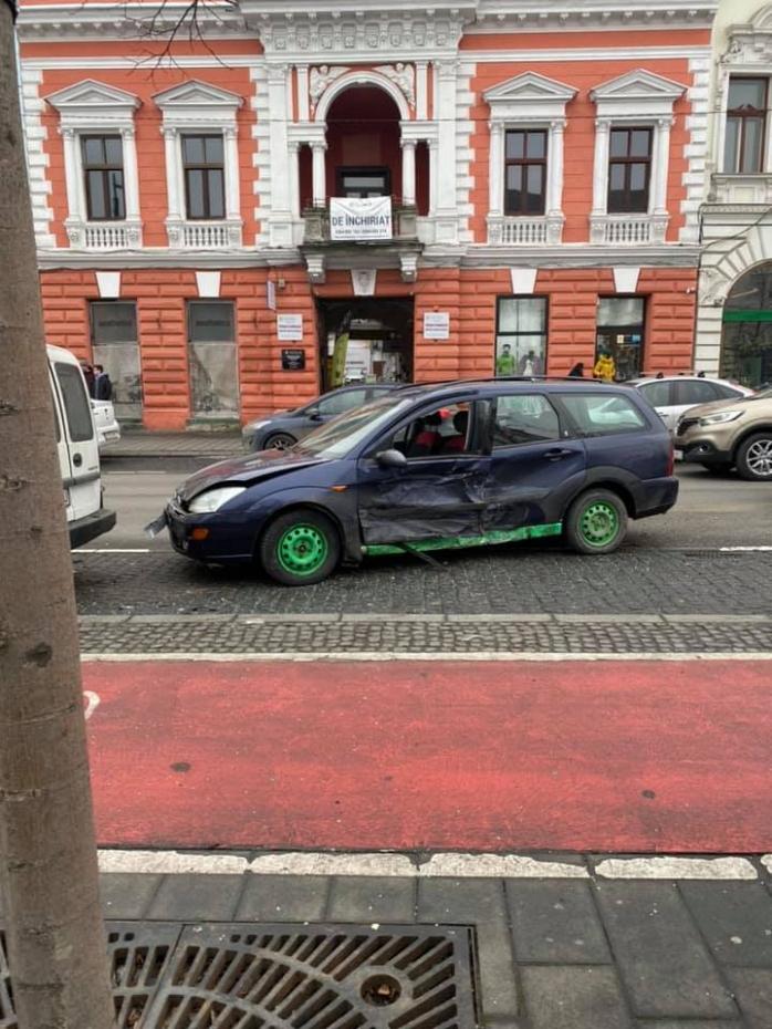 Două mașini implicate într-un accident pe strada Eroilor