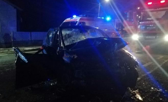 La un pas de catastrofă la Coplean! Logan făcut praf de un TIR, două victime au ajuns la spital, sursă foto: ISU Cluj
