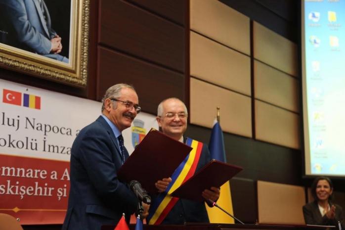 Înțelegere cu turcii. Emil Boc a semnat actul de cooperare dintre Cluj-Napoca și Eskișehir, sursă foto: Facebook Emil Boc
