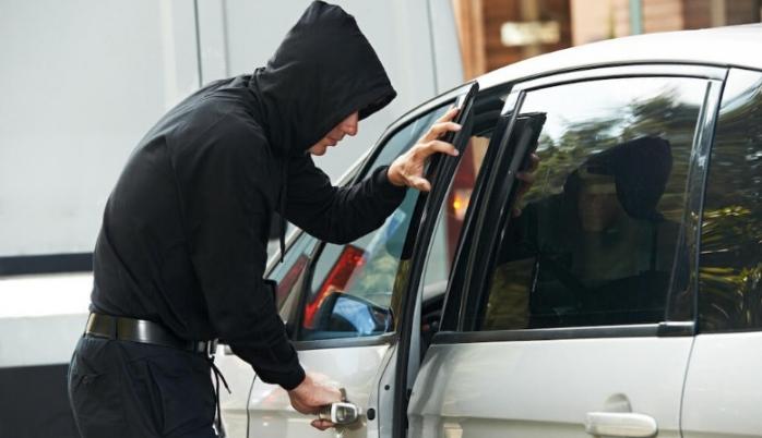 GTA la Bonțida! Bărbat fără permis, arestat după ce a furat o mașină cu motorul pornit