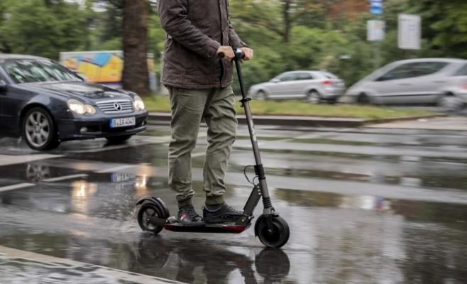 Circulația trotinetelor electrice, INTERZISĂ pe trotuar! Noi reguli pentru cei care circulă cu ele