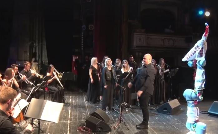 Un robot, dirijorul-vedetă la concertul de la Teatrul Național Cluj-Napoca, pentru copiii bolnavi de cancer, sursă foto: captură video Facebook Emil Boc