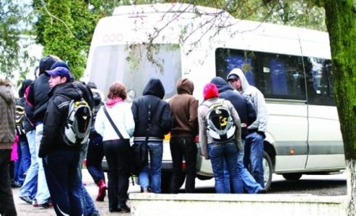 Cu gândul la elevi, un deputat clujean respinge Ordonanța care elimină transportul din serviciile publice