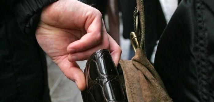 Bărbat din Florești, arestat preventiv. Fura carduri, telefoane și portmonee de la clujenii din autobuz