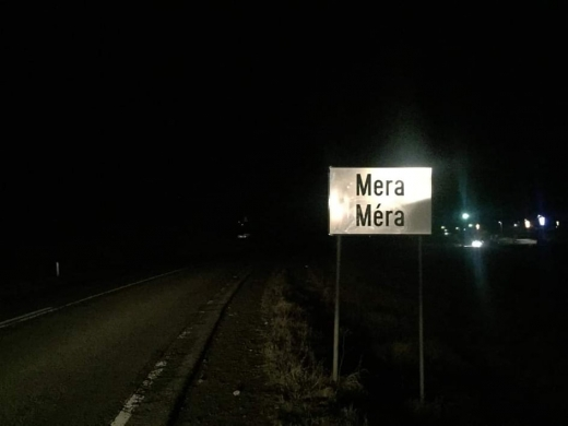 Clujenii din Mera se bucură din nou de plăcuță bilingvă. Vopseaua intoleranței a fost ștearsă, sursă foto: Facebook Csoma Botond