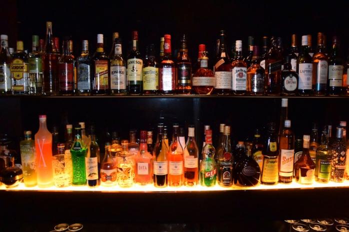 Un tâlhar din Caraș-Severin riscă pușcăria pentru băutura de 100 lei furată la Turda, sursă foto: cloudfront.net