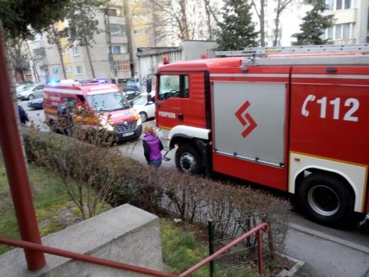 Incendiu pe Aleea Padin din Cluj-Napoca. Apartamentul unei femei de 70 de ani a fost cuprins de flăcări.