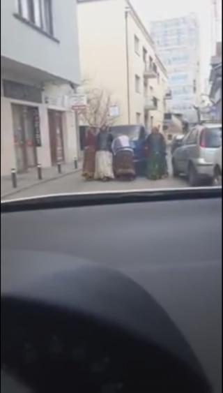 """Imaginea zilei în Cluj-Napoca! Patru """"fuste"""" împing o mașină. VIDEO, sursă video: Facebook Info Trafic jud. Cluj"""
