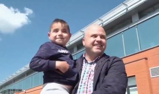 """Fără șpagă, cu dragoste. Darius a primit o nouă șansă la viață: """"Să-i construim o cămăruță!"""", sursă foto: captură video Facebook Emanuel Ungureanu"""