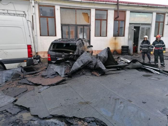 Vântul a făcut ravagii! O mașină, distrusă de un acoperiș luat de furtună. FOTO
