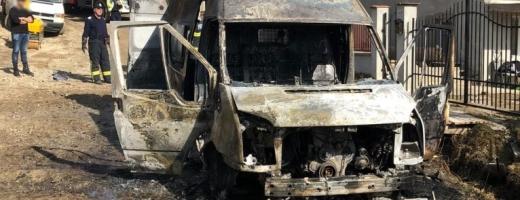 Autoutilitară în flăcări la Săliște. Pompierii clujeni au evitat un dezastru de proporții