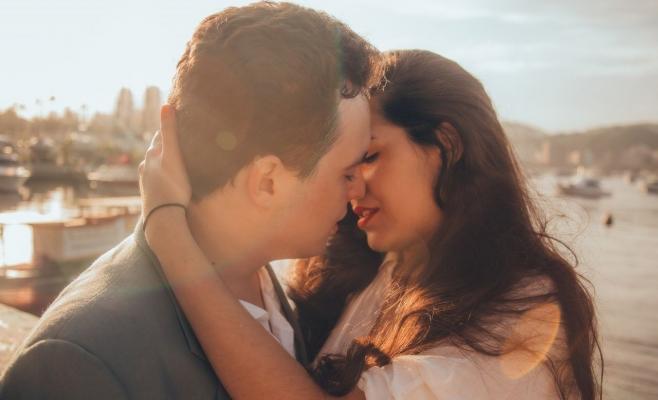 e-interzis-sexul-in-timpul-epidemiei-de-coronavirus-ce-riscuri-implica-sarutul