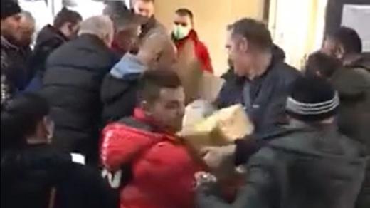 romanii-nu-mai-tin-cont-de-reguli-cand-e-vorba-de-alimente-bataie-pe-malai-intr-un-supermarket-video