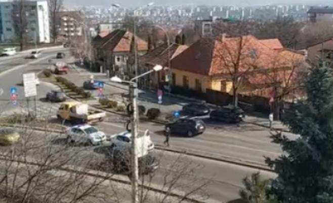 Clujeancă pusă pe scandal, imobilizată de polițiști pe Calea Turzii și dusă la psihiatrie
