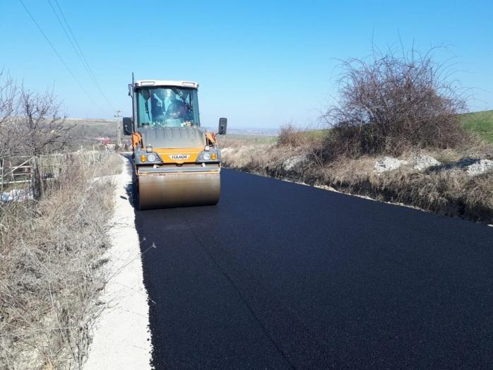 Continuă lucrările de asfaltare a drumul dintre Săndulești și Câmpia Turzii