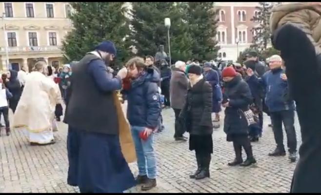 video-alarmant-zeci-de-clujeni-s-au-impartasit-cu-aceeasi-lingura-in-centrul-orasului