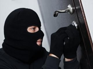 Aflat sub control judiciar, un clujean a dat o spargere la un magazin