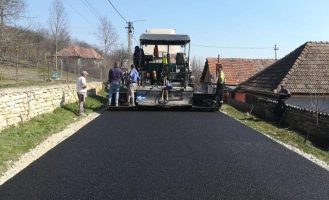 Covor asfaltic nou pe un drum județean. Mașinile de mare tonaj circulau în voie cu mare viteză