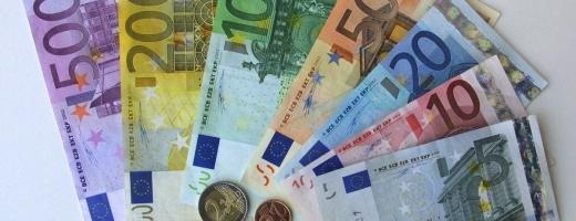 Euro se întoarce la 4,83 lei