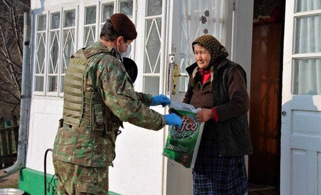 militarii-romani-impart-alimente-si-mancare-batranilor-izolati-de-coronavirus