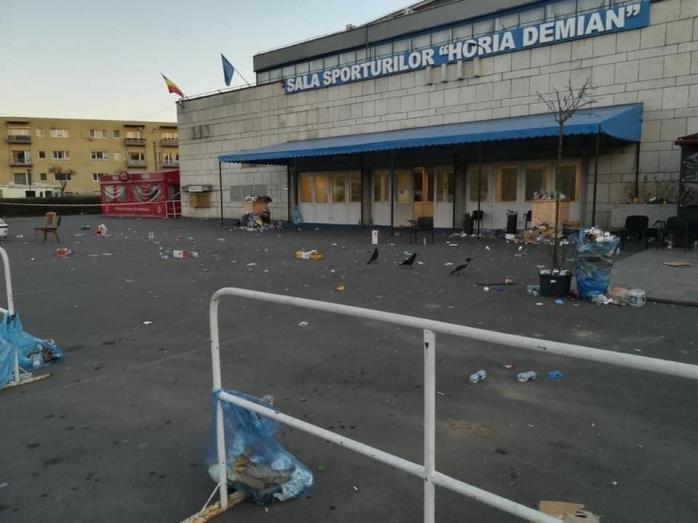 Românii reveniţi din ZONA Roşie au lăsat sute de gunoaie la Sala Sporturilor